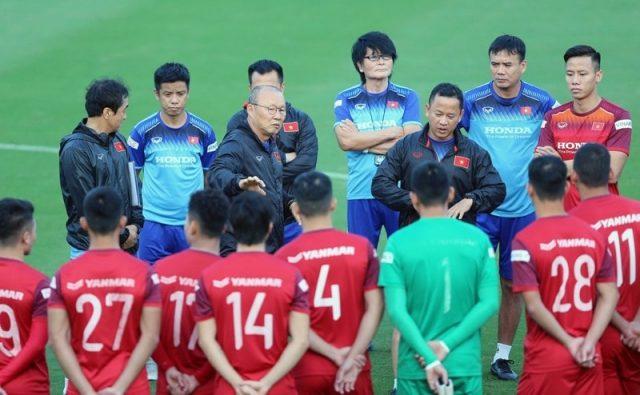 HLV Park hội ý cùng các cầu thủ